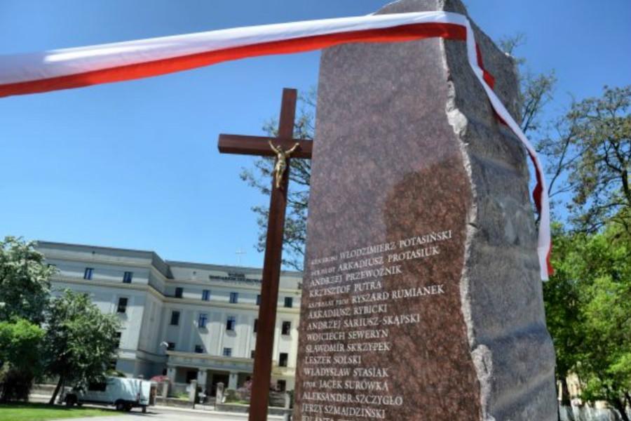 Odsłonięcie pomnika smoleńskiego z udziałem działaczy z Pabianic