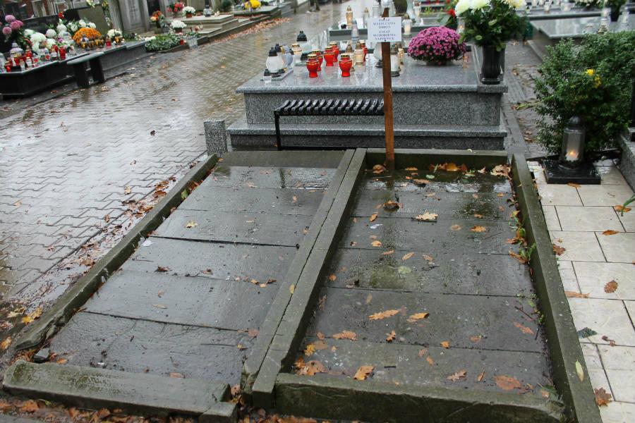 Symboliczny grób Piotra S. sprzątnięty