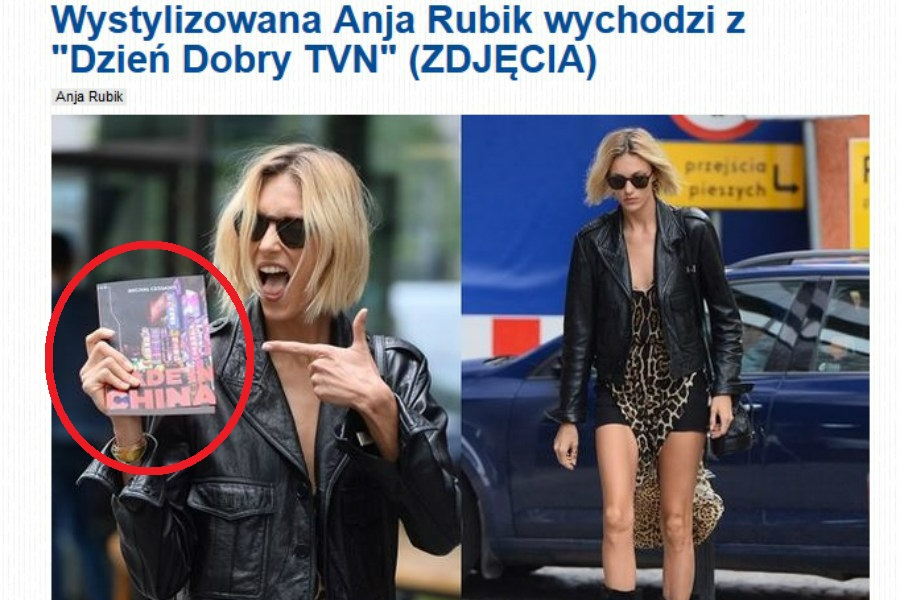 Anja Rubik pozuje do zdjęć z książką pabianiczanina