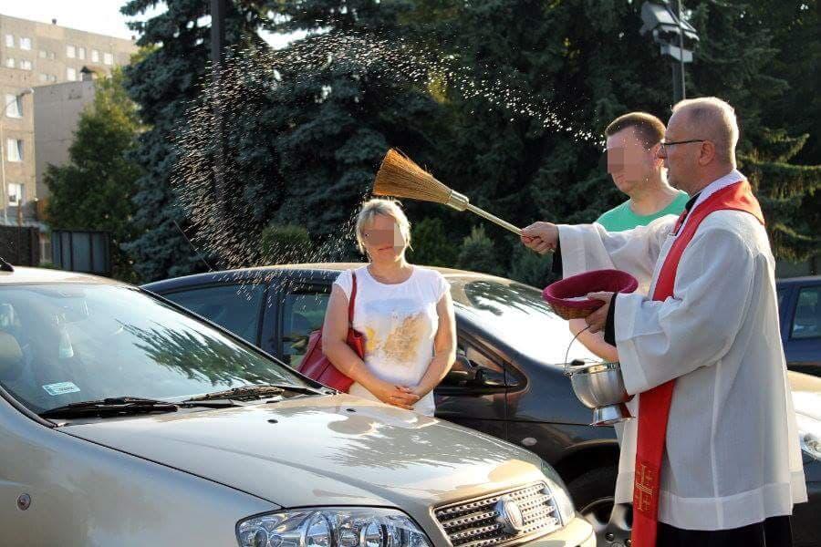 Woda święcona spadła na auta. Niechaj prowadzi św. Krzysztof!