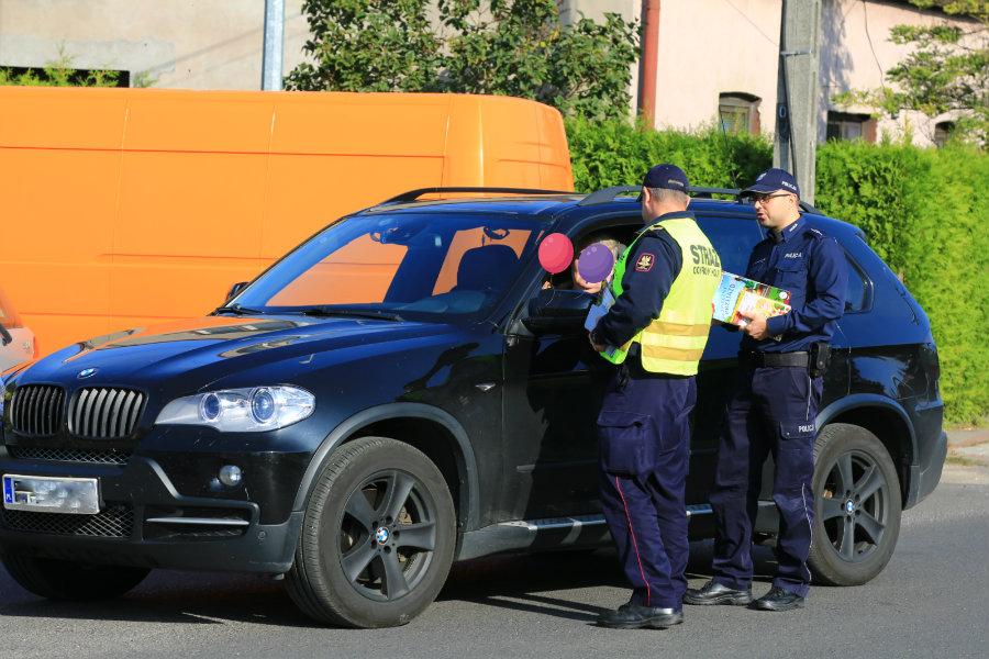 Policjanci zatrzymują kierowców przed przejazdem kolejowym