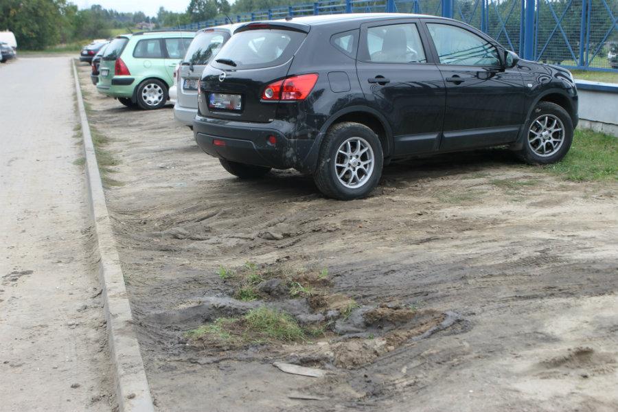 Czy tak trudno wreszcie poszerzyć parking koło szpitala?