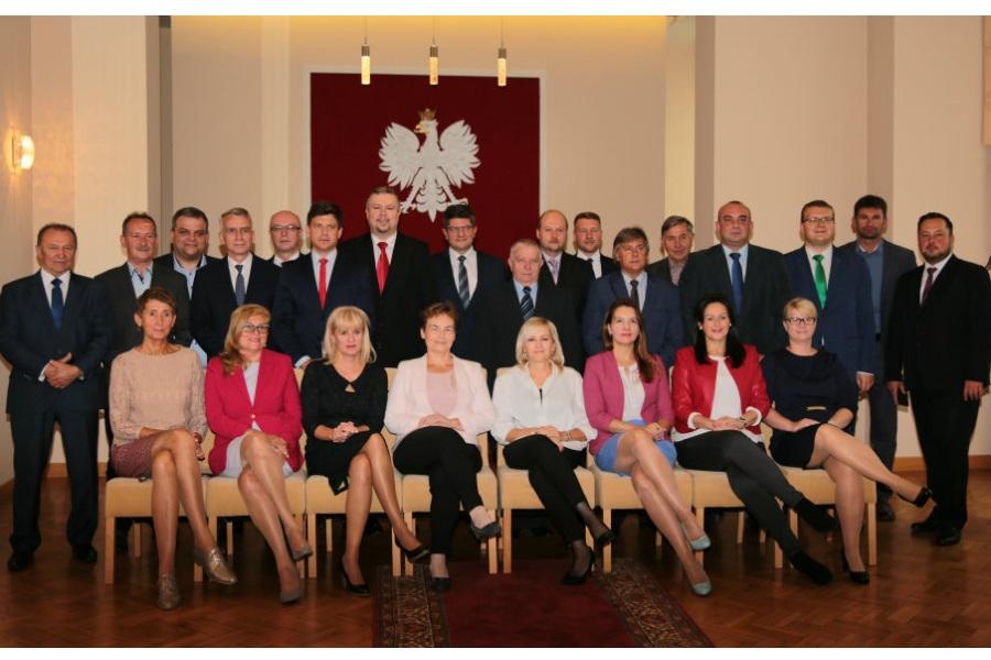 Radni na koniec kadencji zrobili sobie wspólne zdjęcie. Podsumowanie Rady Miejskiej w skrócie