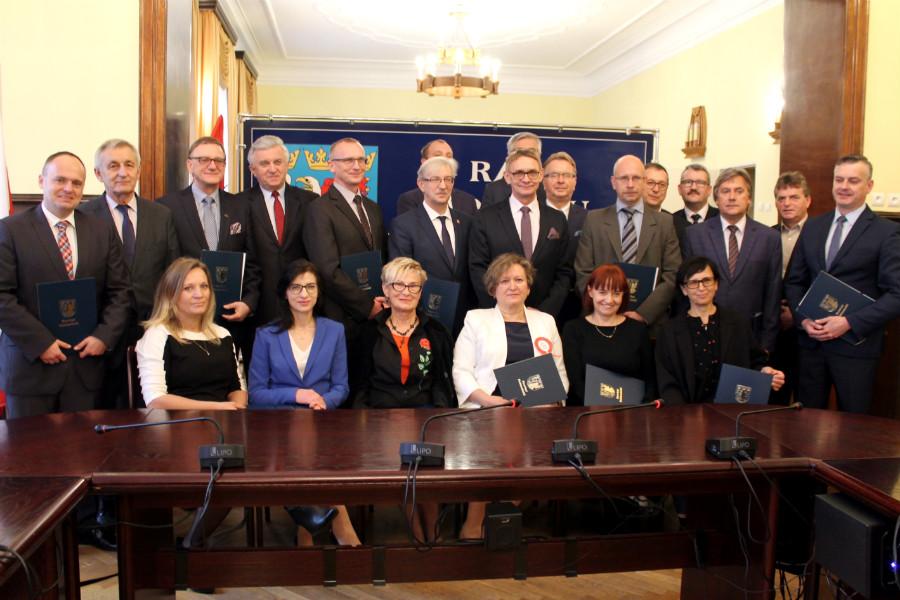 Nowi radni powiatowi z zaświadczeniami o wyborze