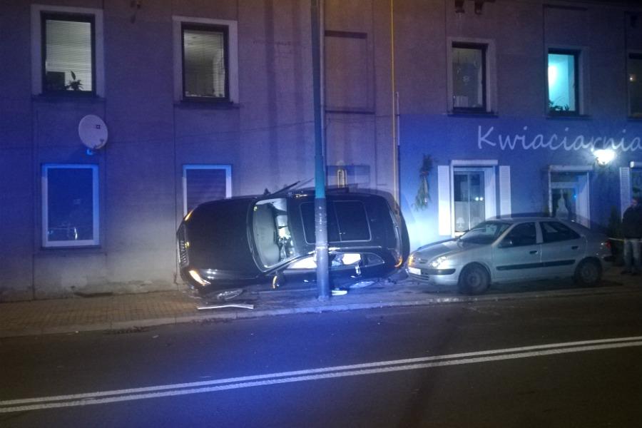 Wypadek na Nawrockiego – auto uderzyło w kamienicę
