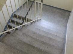38-latek zmarł na klatce schodowej