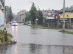 Pierwsza ulewa: rwące potoki na ulicach, interwencyjna akcja strażników